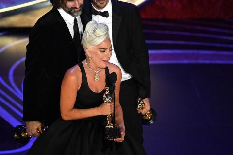 Tangis Lady Gaga Usai Bawa Pulang Piala Oscar 2019