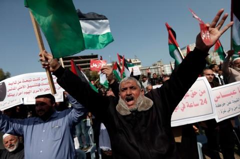 Ratusan Warga Gaza Desak Presiden Palestina Mundur