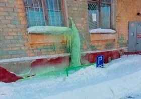 Salju Hijau Menerpa, Warga Rusia Terpaksa Gunakan Masker