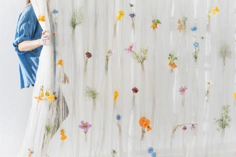 Mempercantik Tirai Polos dengan Bunga Segar