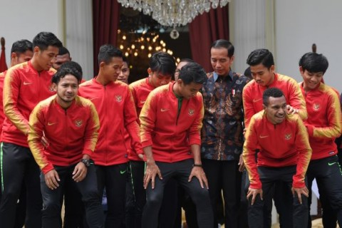 Jokowi Receives Young Garuda Squad at Merdeka Palace