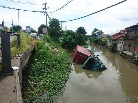 Sopir Mengantuk, Mobil Kontainer Masuk Sungai