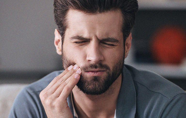Menurut Dokter Gigi di Stanley Dentistry, Bobbi Stanley, sakit gigi biasanya berasal dari peradangan. (Foto Ilustrasi: Mens Health)