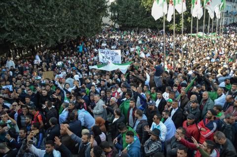 Puluhan Ribu Warga Aljazair Menentang Presiden Bouteflika