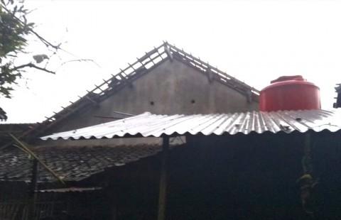 Puting Beliung Rusak Puluhan Rumah di Sleman