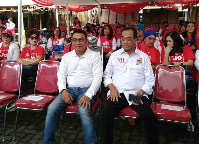 Wakil Ketua TKN Jokowi-Ma'ruf, Moeldoko (kiri) dan Menteri Perhubungan Budi Karya Sumadi (kanan) - Medcom.id/Arga Sumantri.
