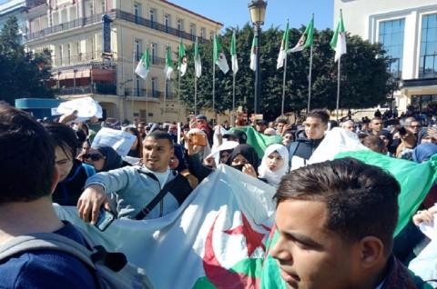 Warga Aljazair Gelar Protes Terbesar Menentang Bouteflika