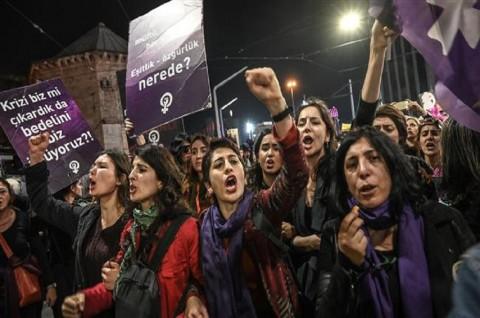 Polisi Istanbul Tembakkan Gas Air Mata ke Ribuan Wanita