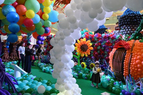 Kunjungi Festival Seni Balon Indonesia di Surabaya