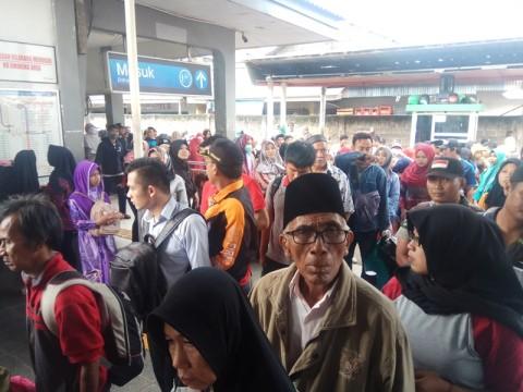 Penumpang KRL Membludak di Stasiun Depok Lama
