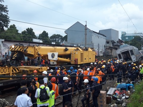 Kereta <I>Crane </i> Diterjunkan Evakuasi KRL Terguling