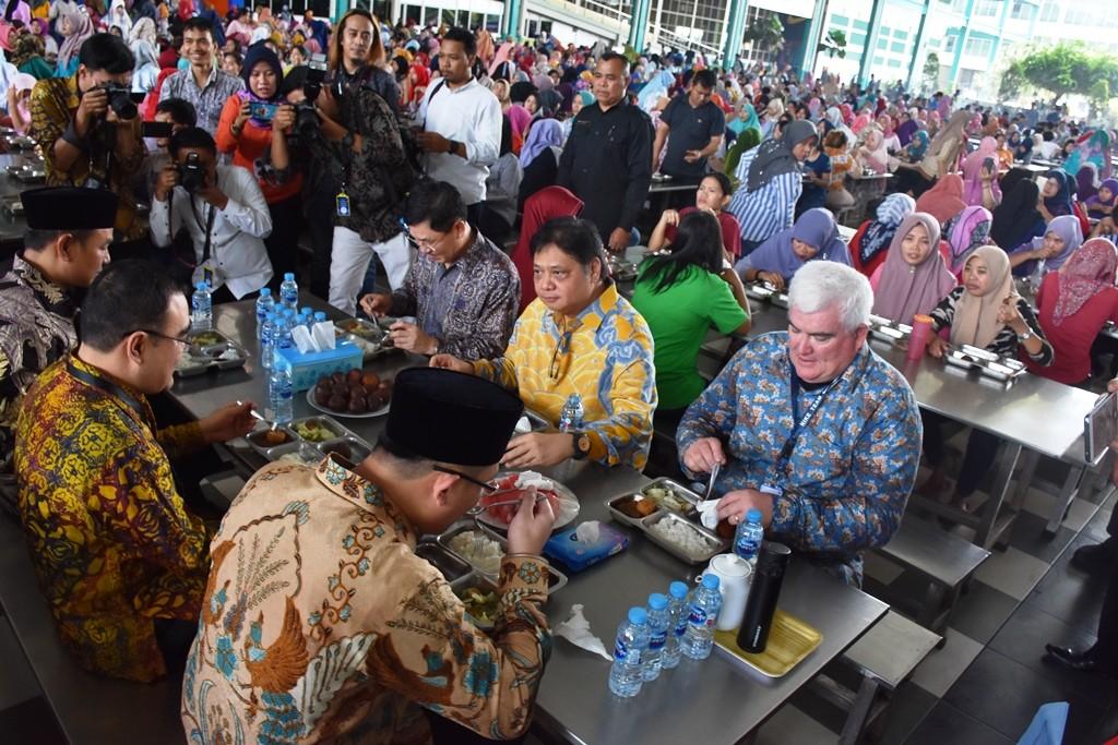Menperin Airlangga Hartarto saat melakukan kunjungan kerja di PT KMK Global  Sports. (FOTO  d95638e1df