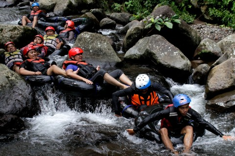 Nikmati Sensasi Wisata Tubing Sungai Cipelang Sukabumi