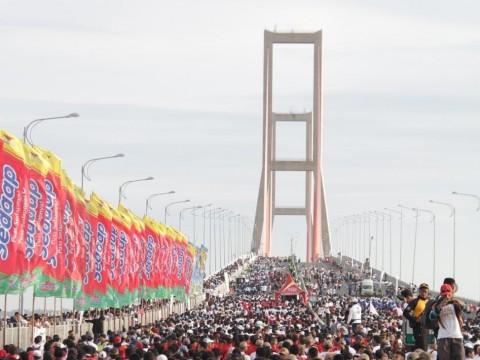 Merah Putih Sepanjang 5,5 Km Membentang di Suramadu