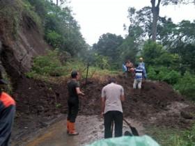 Jalur Lumajang-Malang Putus Akibat Longsor