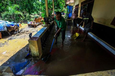 Banjir Surut, Warga Kulon Progo Bersihkan Rumah