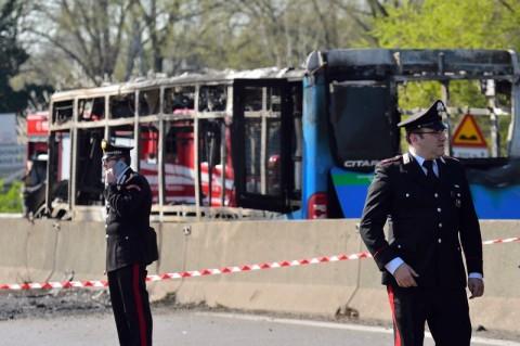 Sopir Bajak Bus Sekolah Penuh Murid di Milan