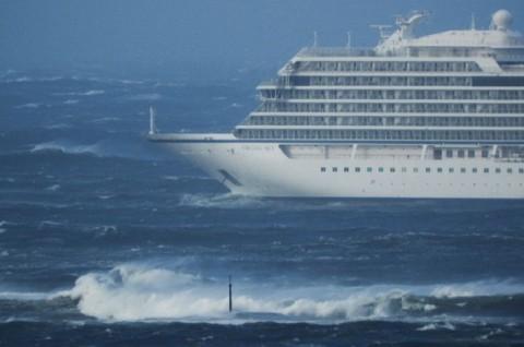 Kapal Pesiar Mogok, 1.300 Penumpang Dievakuasi dari Tengah Laut