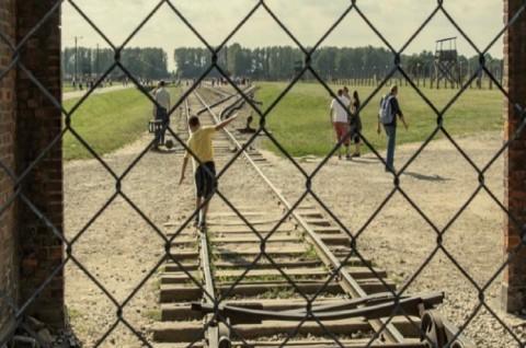 Museum Auschwitz Minta Turis Tidak Berpose di Rel Holocaust