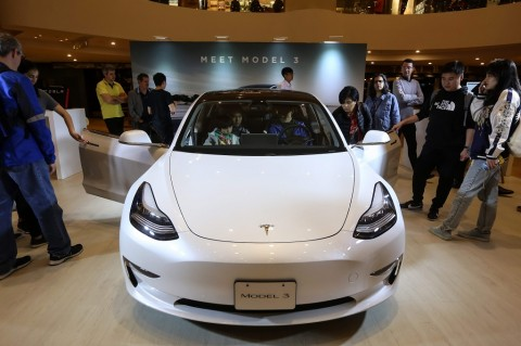 Berhasil Bobol, Dua Peneliti Keamanan Dapat Hadiah Tesla Model 3