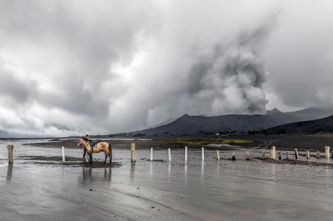 Wisatawan Boleh Menikmati Pemandangan Erupsi Bromo