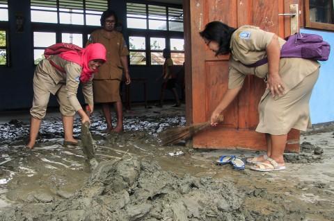 Siswa dan Guru Bersihkan Sekolah Pascabanjir Bandang Sentani