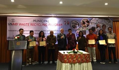 AS Hibahkan Rp18 Miliar untuk Pengelolaan Sampah di Indonesia