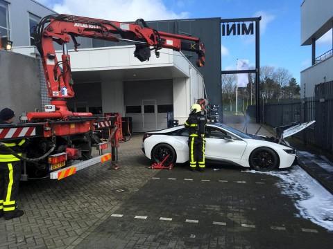 Cara Unik Pemadam di Belanda Tangani BMW i8 yang Terbakar