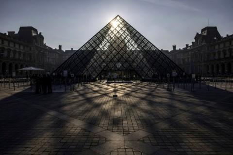 Paris Rayakan 30 Tahun Piramida Louvre