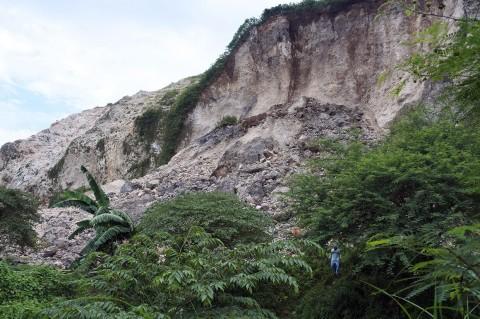 Pencarian Korban Longsor Gunung Kapur Jember Dilanjutkan