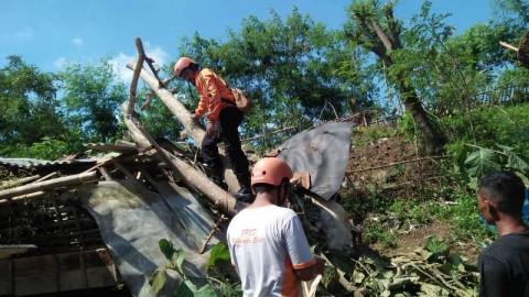 Ratusan Rumah di Bekasi Diterjang Angin Puting Beliung