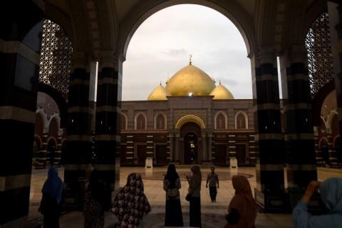 Mengintip Megahnya Masjid Kubah Emas Depok