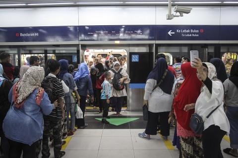 Antusiasme Warga di Hari Terakhir MRT Gratis