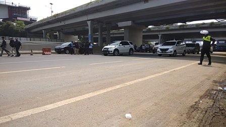 Iring-iringan Mobil Wartawan Kecelakaan di Tol Cikampek
