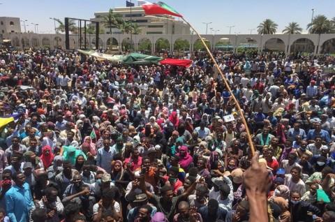 Ribuan Demonstran Terus Desak Mundur Presiden Sudan