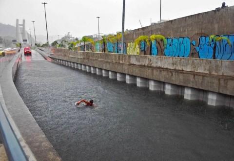 Banjir Maut Landa Brasil, Warga Justru Asyik Berenang