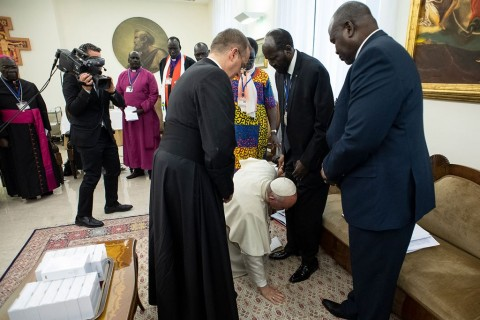 Paus Fransiskus Cium Kaki Pemimpin Sudan Selatan
