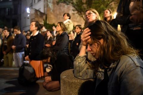 Warga Prancis Menangis dan Berdoa di Dekat Notre Dame
