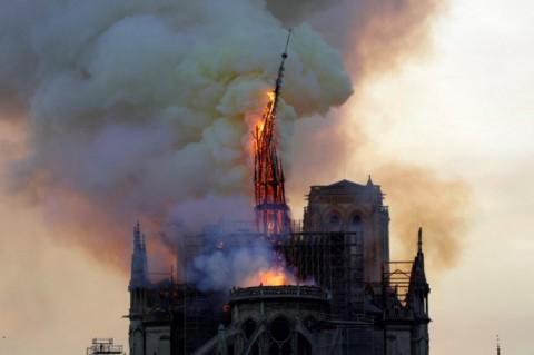 Kebakaran di Notre Dame Berhasil Diatasi Sepenuhnya