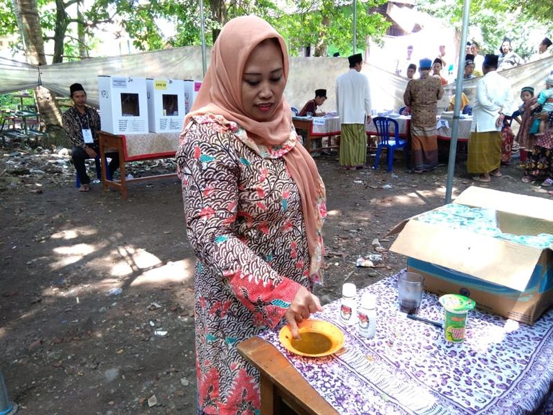 Warga Benda Kerep menggunakan sari kunyit sebagai ganti tinta pencoblosan. Foto: Medcom.id/Ahmad Rofahan