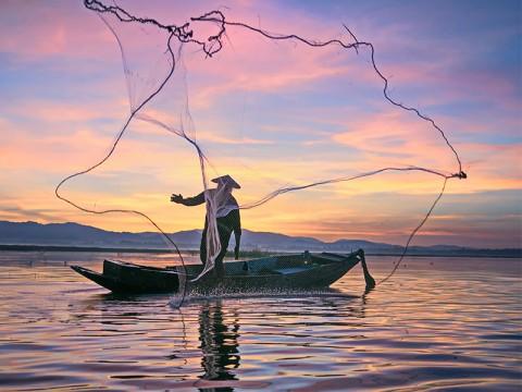Gelombang Enam Meter Hadang Aktivitas Ribuan Nelayan Cilacap