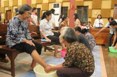 Ritual Jemaat GITJ Jepara Saling Basuh Kaki