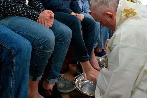 Paus Fransiskus Basuh Kaki 12 Narapidana