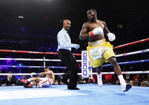 Terence Crawford Menang TKO atas Amir Khan