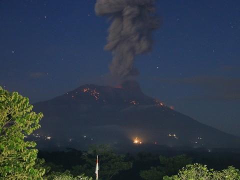 Gunung Agung Kembali Erupsi, Semburkan Abu Vulkanik 3 Km