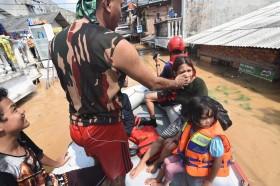 Warga Cililitan Mengungsi ke Jalan Raya Akibat Banjir