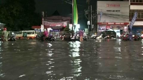 Banjir Rendam Depok, Kendaraan Mengular