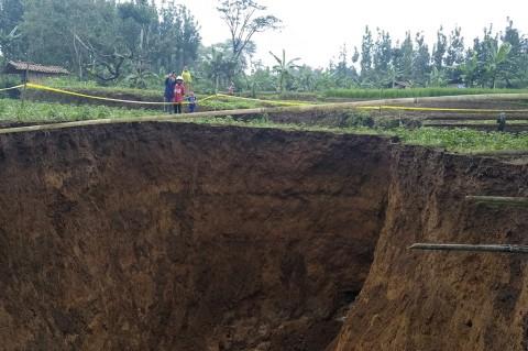 Lubang Raksasa Muncul di Sukabumi