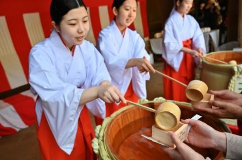 Warga Jepang Rayakan Era Reiwa dengan Meminum Sake