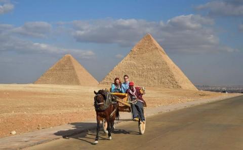 Dari Atas Piramida, Pria Lempari Petugas Keamanan dengan Batu